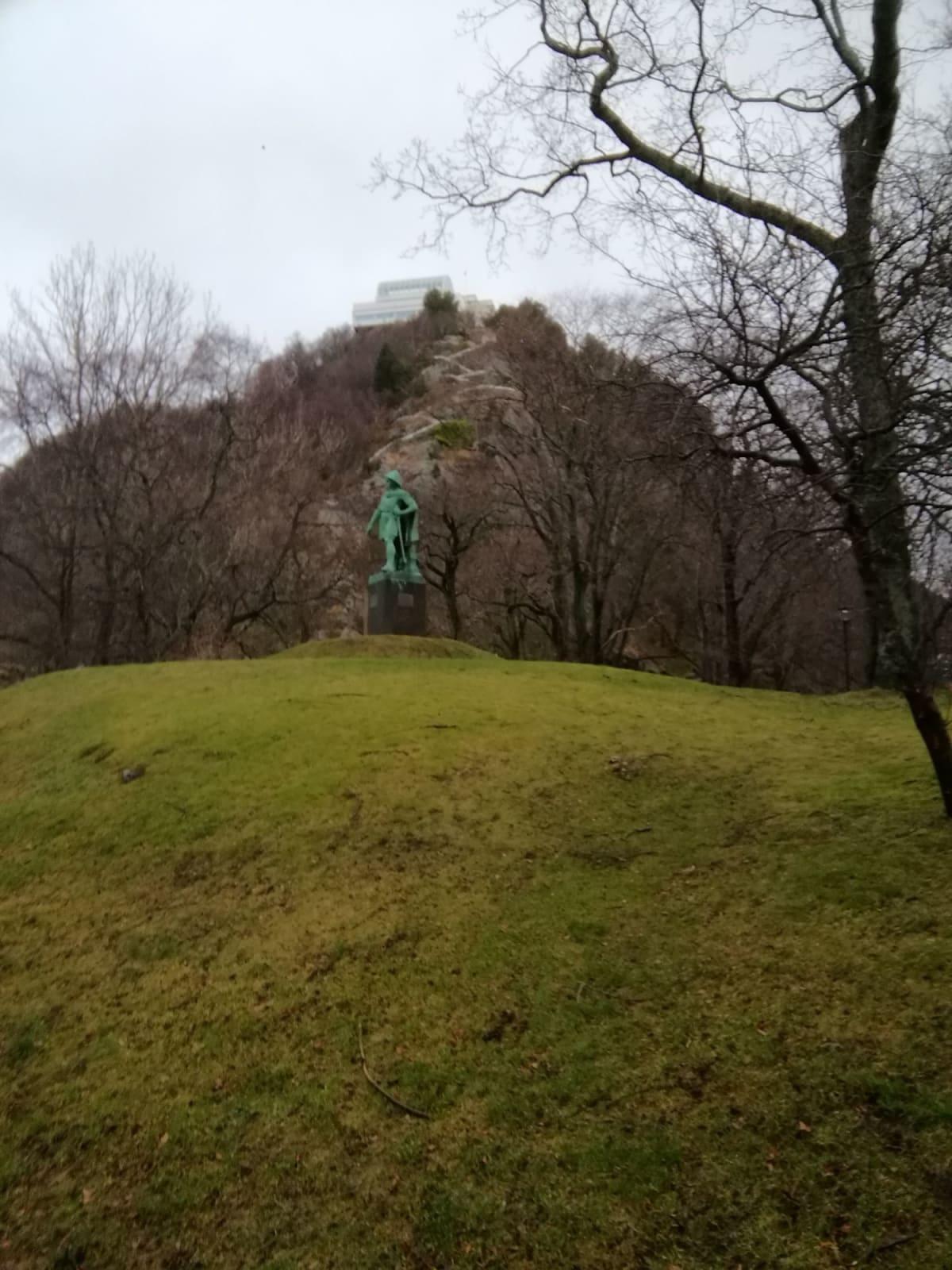 アクスラ山。像の後ろから階段480段を上がります。
