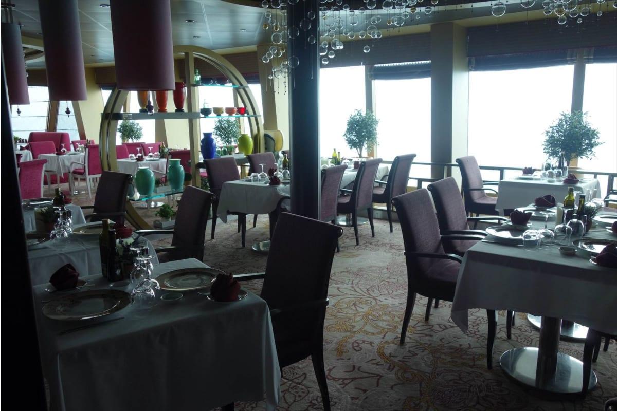 とっても豪華な「カサノバ」の内部。 | 客船コスタ・ネオロマンチカのダイニング、船内施設