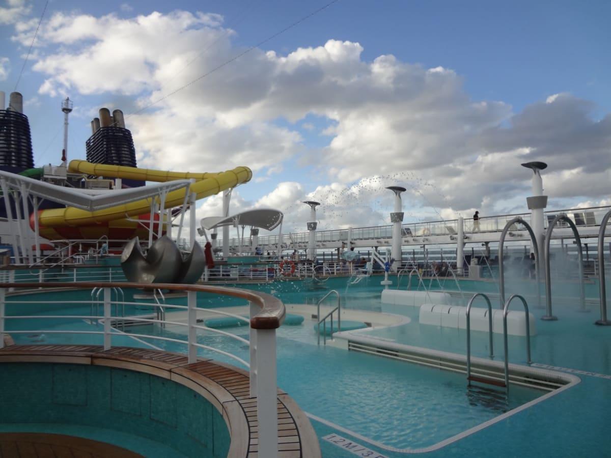 船上のプール | 客船ノルウェージャン・エピックの船内施設