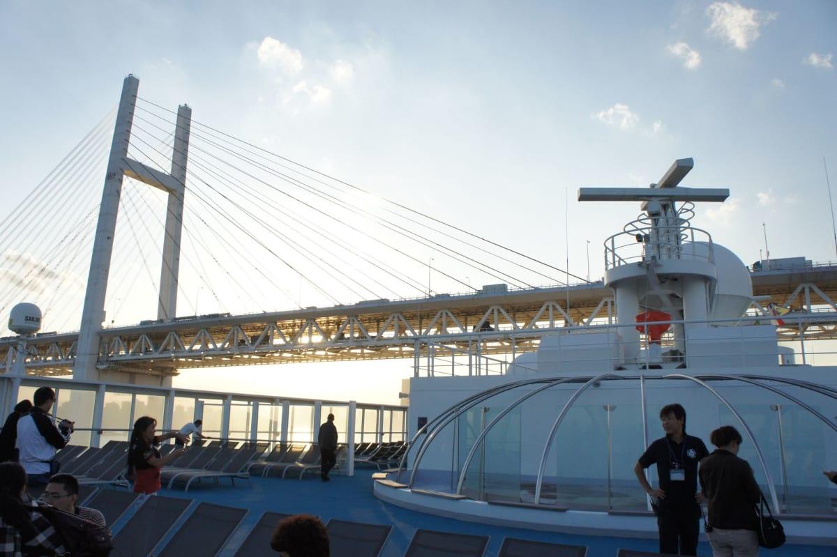 横浜出港のハイライト、レインボーブリッジ通過   横浜での客船コスタ・ビクトリア