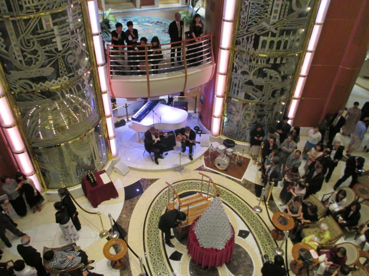 プリンセス名物シャンパンタワーも初体験。 今のダイヤと違ってフルサイズの大きさ! | 客船サファイア・プリンセスの乗客、クルー、アクティビティ