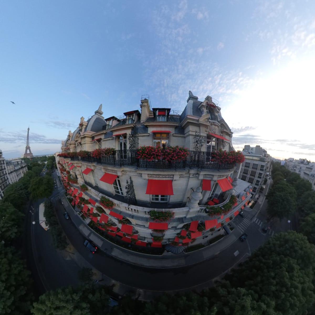 Parisでいわゆるパラスクラスに属するプラザアテネに2泊しました。素晴らしいホテルです。(Insta360で撮影、ドローンで撮っている様ですが違います。) | パリ