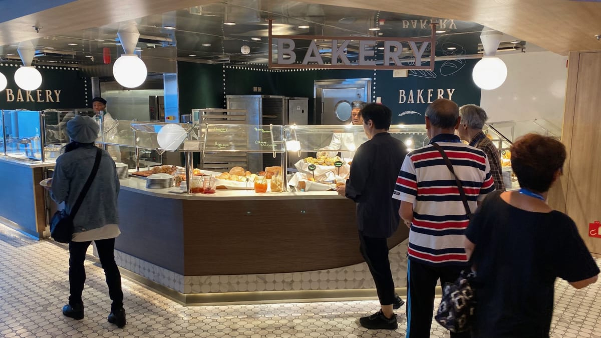 リドでかなり人気の高い焼きたてパンコーナー | 客船セレブリティ・ミレニアムのブッフェ