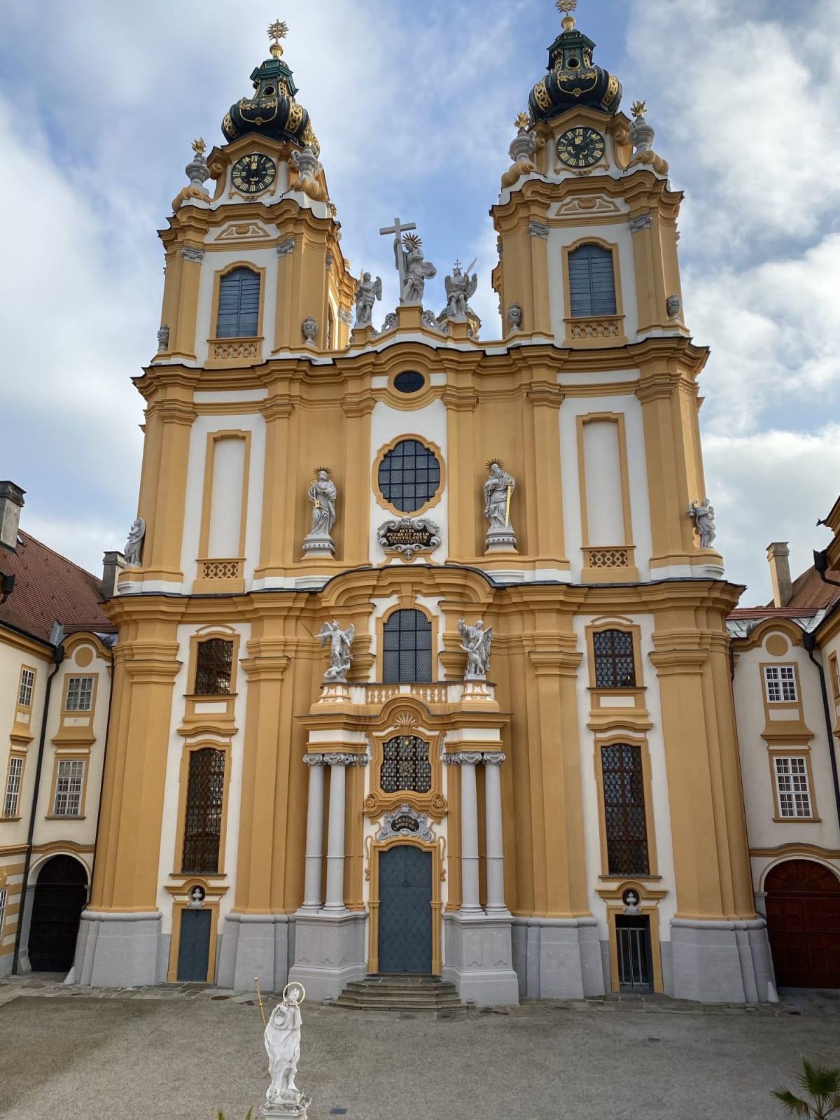 メルク修道院の教会のミサはいつまでも心に深く残る一場面である。 | エンマースドルフ・アン・デア・ドナウ