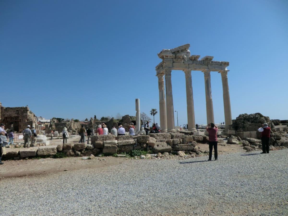 シデ Side (トルコ)  人口約2万。東地中海の小さなリゾートタウンで、夏には青い海を求めてヨーロッパから多くのリゾート客が押し寄せるとの事。 ギリシア時代からローマ時代にかけて大変栄え、ローマ浴場にはクレオパトラが入ったと言われている。ローマ劇場など遺跡が残っており、遺跡の門の狭い道をバスが通るという貴重な体験をした。偽物がいっぱい売られているアラブの雰囲気が残る伝統的家屋を見ながらメインストリートを歩き、アポロンとアテネの神殿へ。 目の前に広がる美しい地中海を眺め、長らく繁栄した都市国家に思いを馳せました。絞たてのザクロとオレンジのジュースが大人気でした。シデはトルコ語で石榴の意味。 | アランヤ