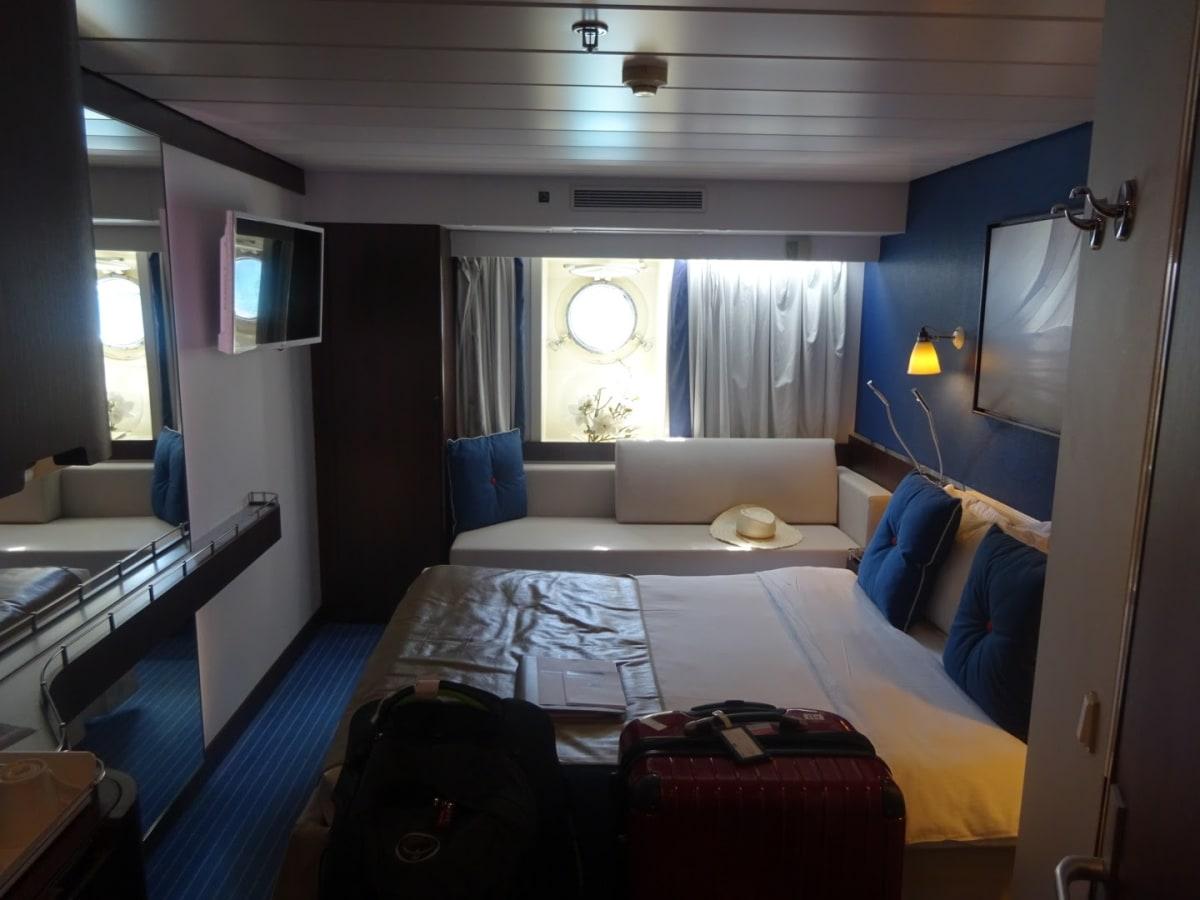 客室は17㎡しかありません。他の客室より少し広めの部屋です。 窓際にソファベットがあります。 | 客船ル・ポナンの客室