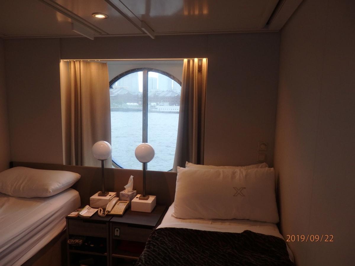 スタンダード海側の部屋。 はじめは2F(; ・`д・´)って思いましたが、寄港地での乗り降りも便利でしたし 窓を開けると明るく水面も見えるのでクルーズしているって気分になって意外と良かったです。揺れもそんなに気になりませんでした。 | 客船セレブリティ・ミレニアムの客室
