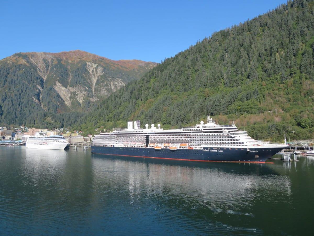 風景と船が調和して絵画のように美しい!!! ジュノーの港で憩うレガッタとノールダム | ジュノー(アラスカ州)での客船ノールダム