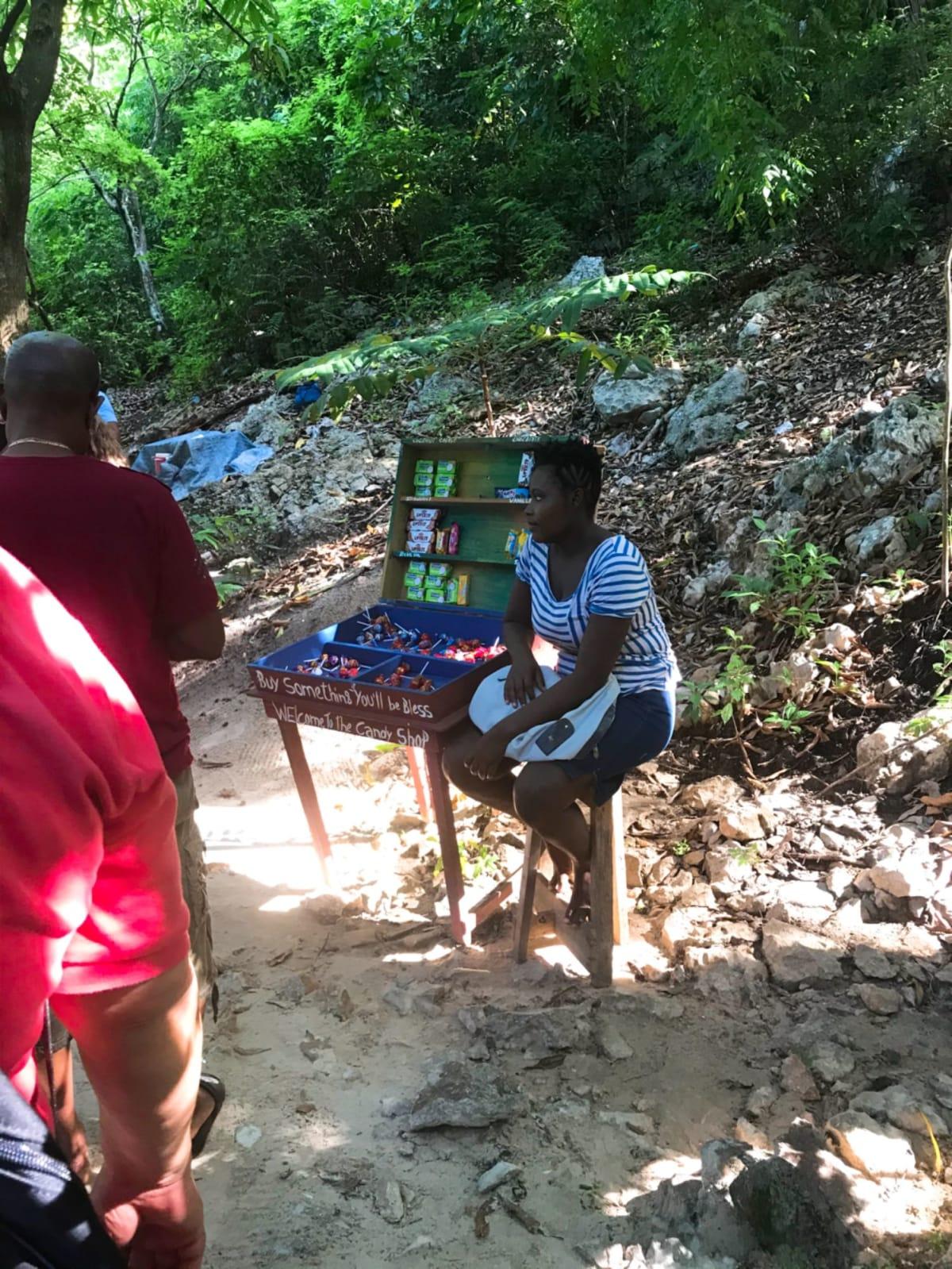 ハイチの村にて。駄菓子屋さん。 | ラバディ