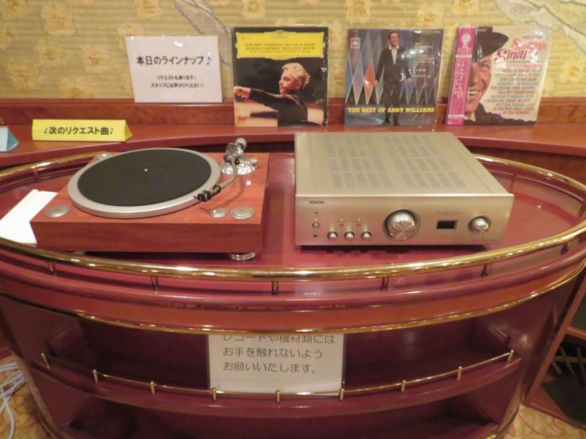 ラウンジ『海』ではLPレコードプレーヤーで懐かしい昭和時代のLPレコードも聴かせてくれる。 船が大きく揺れた時には音が飛ぶこともあり、ハプニングも面白い。