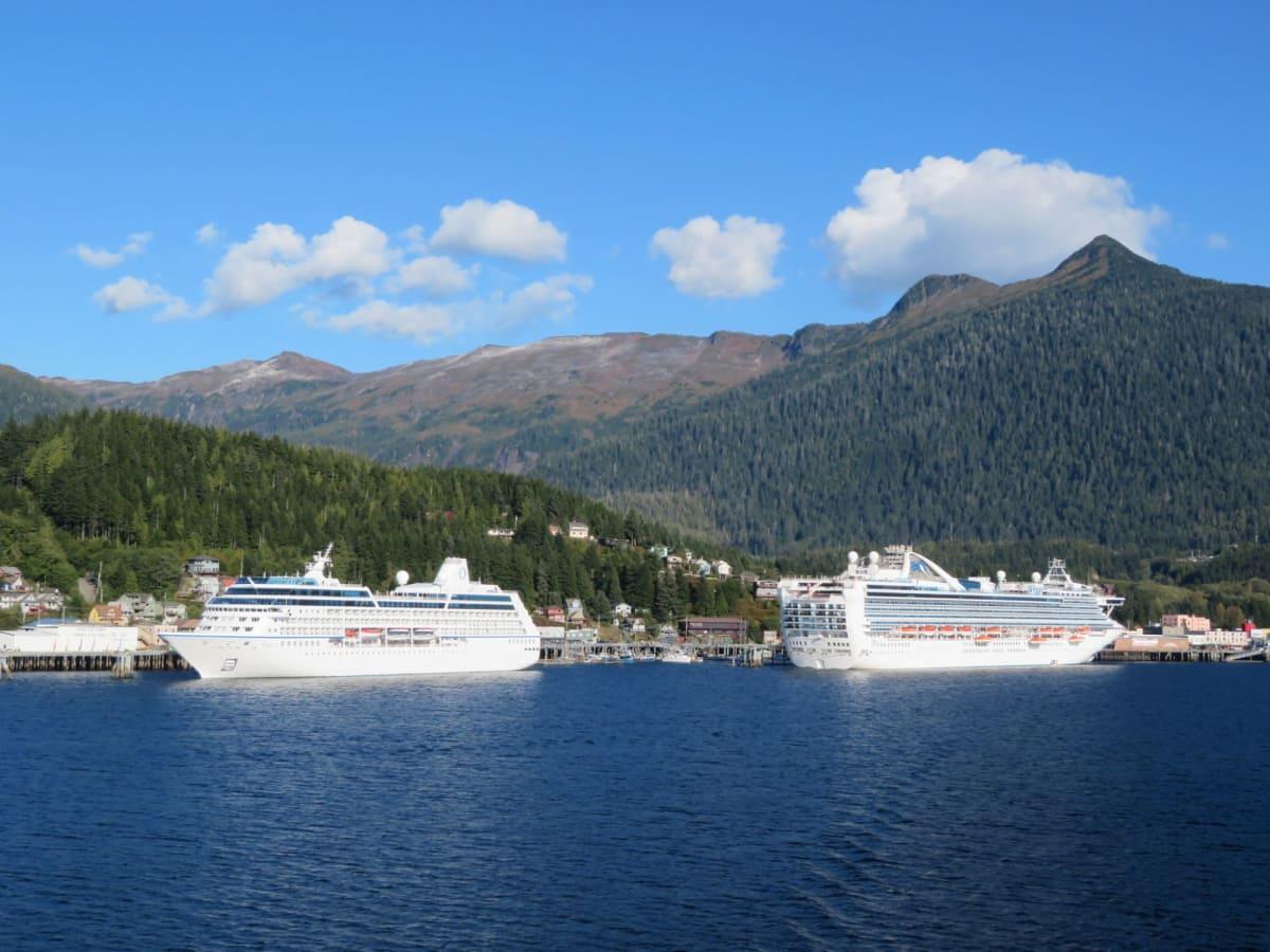 ケチカンの港で憩うレガッタとグランドプリンセス | ケチカン(レビジャヒヘド諸島 / アラスカ州)での客船レガッタ