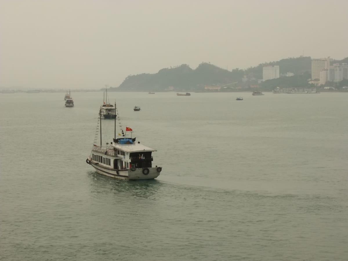 仕事を終えた観光船が母港に帰る隊列 | ハロン湾での客船クイーン・エリザベス