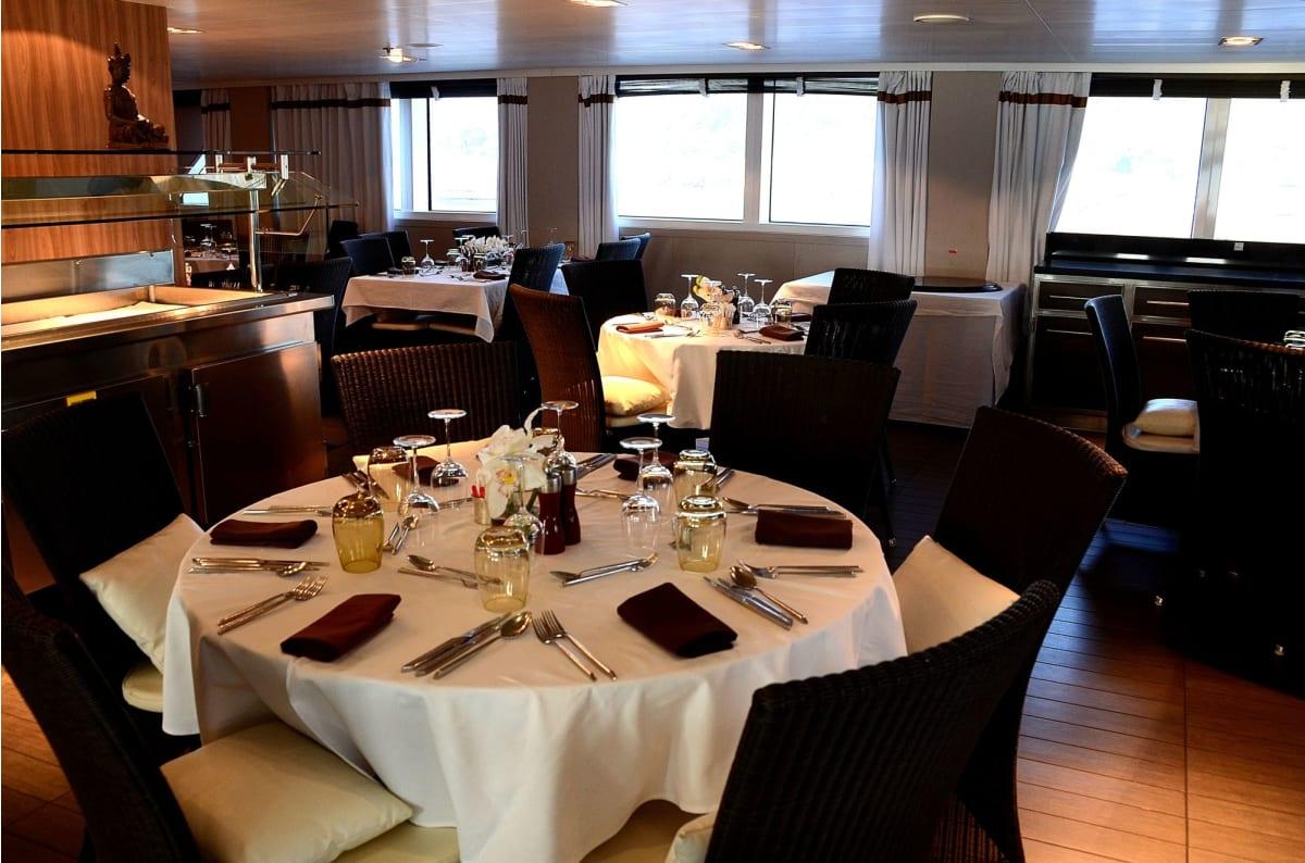 毎晩本格的なフレンチのコースデイナーを頂けるレストラン | 客船ロストラルのダイニング