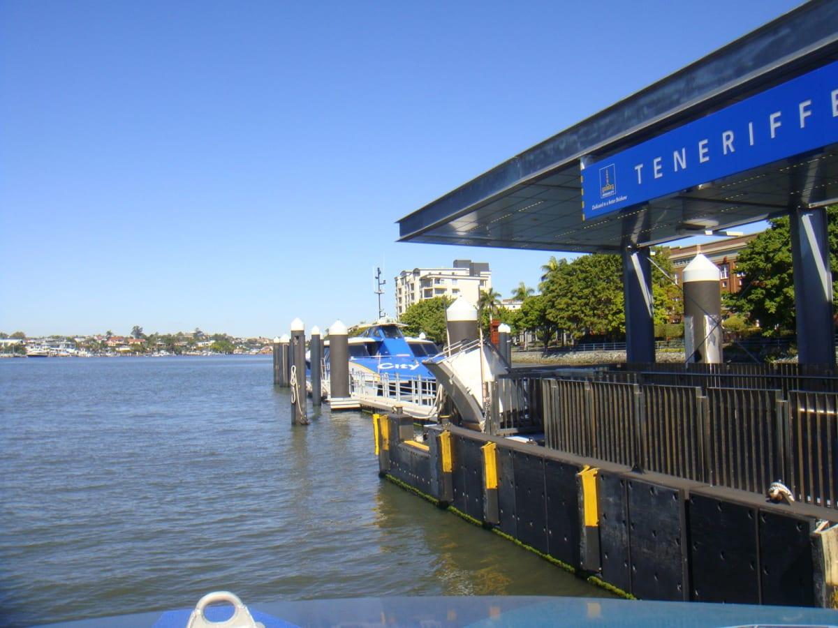 いつものことだが、出発港のブリスベンに前泊。 ブリスベンは川の街で、水上バスも発達している。何となくヴェニスのバポレットを思わせる。 | ブリスベン(クイーンズランド州)