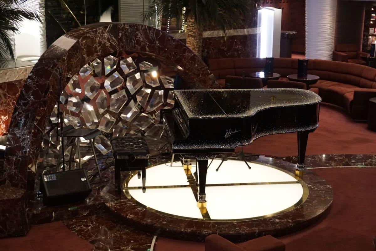 YAMAHAのピアノもスワロフスキー仕立て。   客船MSCスプレンディダの船内施設