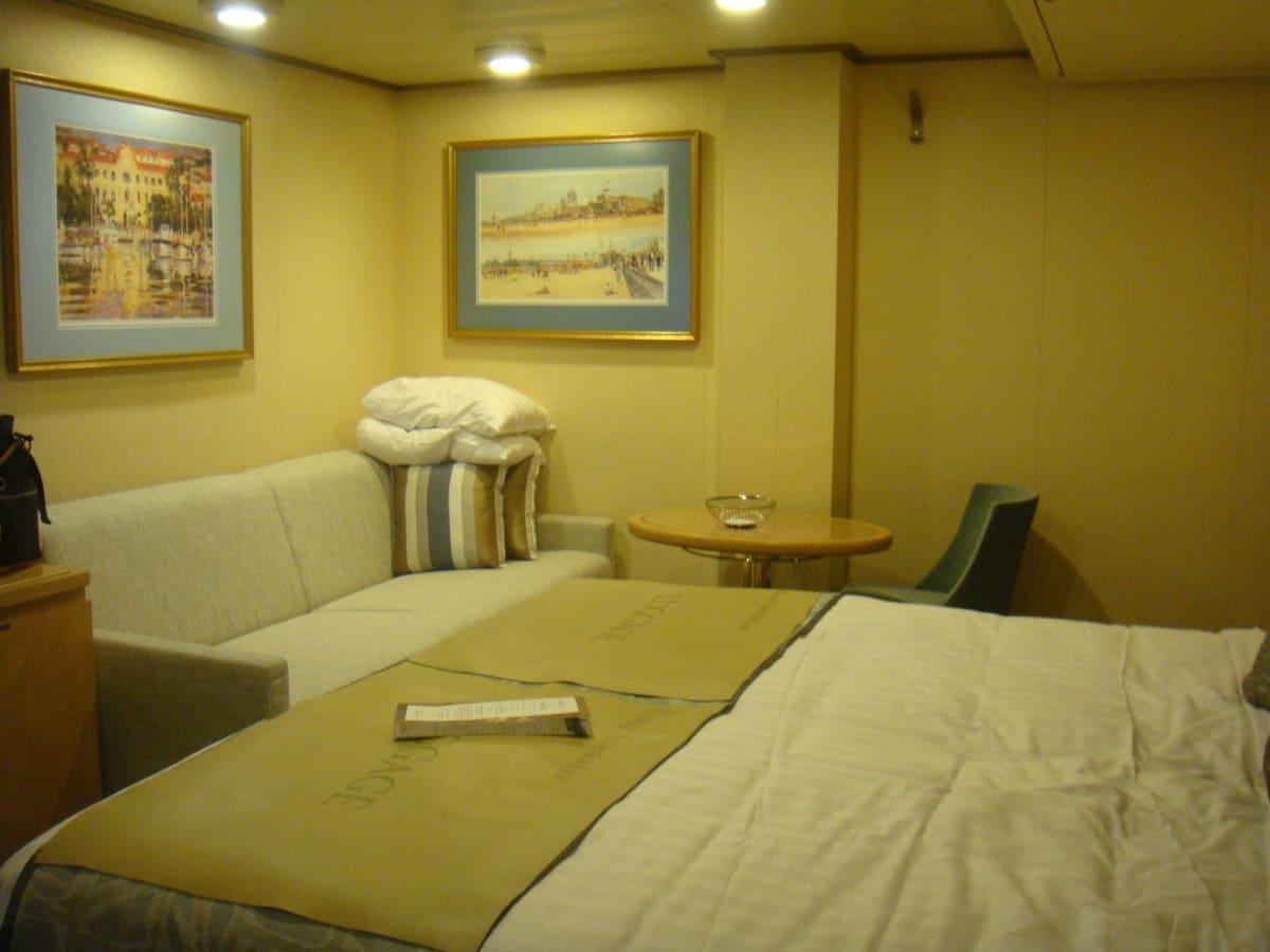 インサイドのお部屋は、今までで一番の広さ。3人だったので、このソファーもベッドになりました。 | 客船ウエステルダムの客室