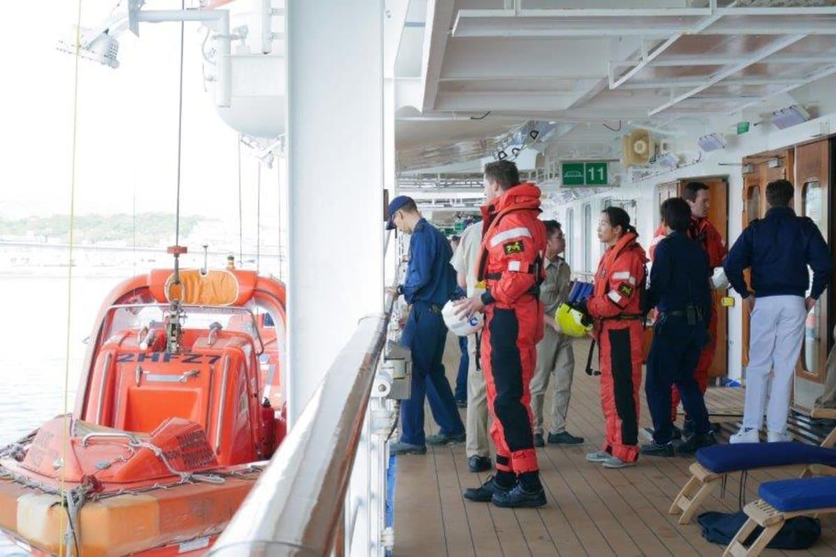スタッフの避難訓練 | 客船ダイヤモンド・プリンセスのクルー、船内施設