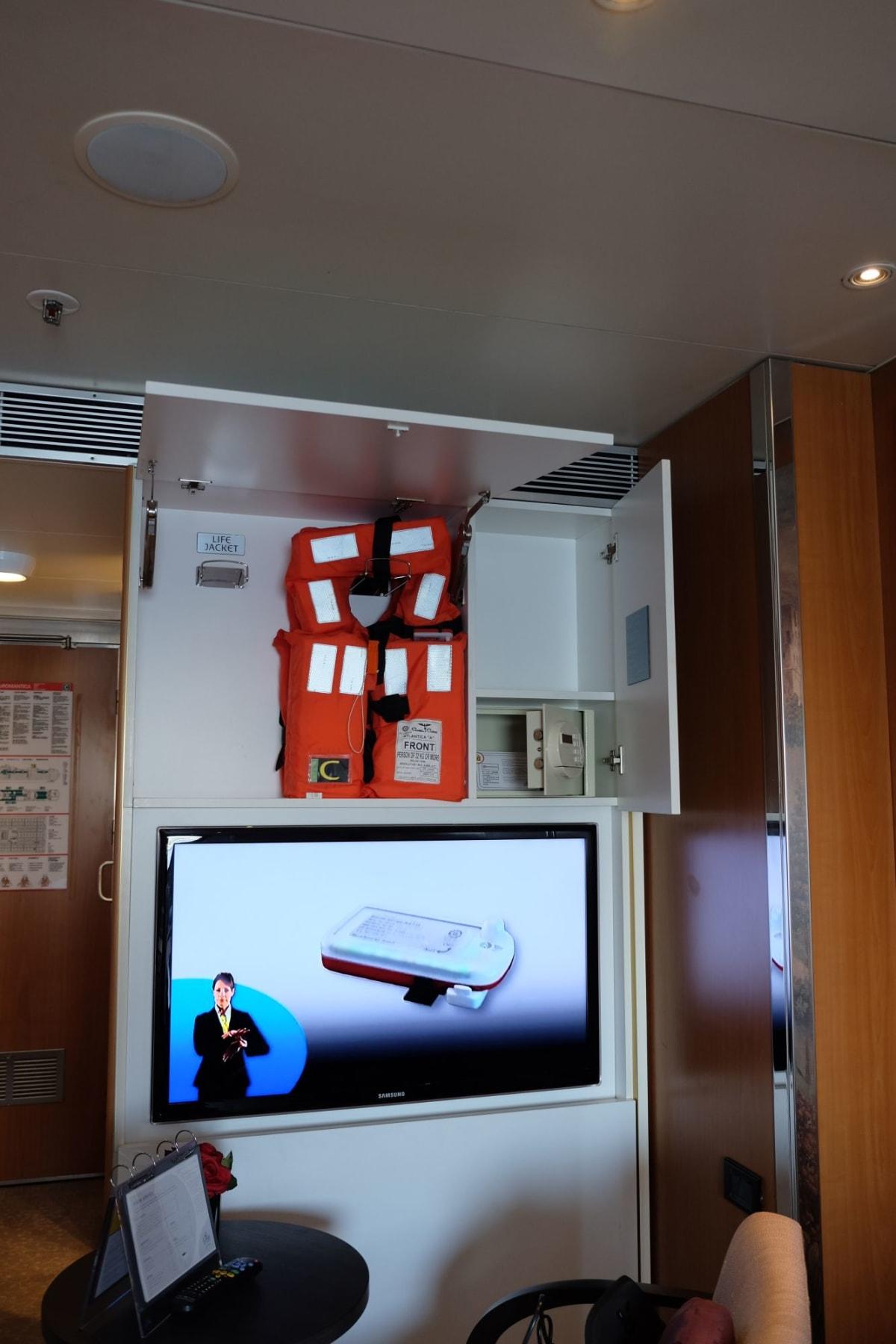 ライフジャケットはこちら。結構高い位置にあります   客船コスタ・ネオロマンチカの客室