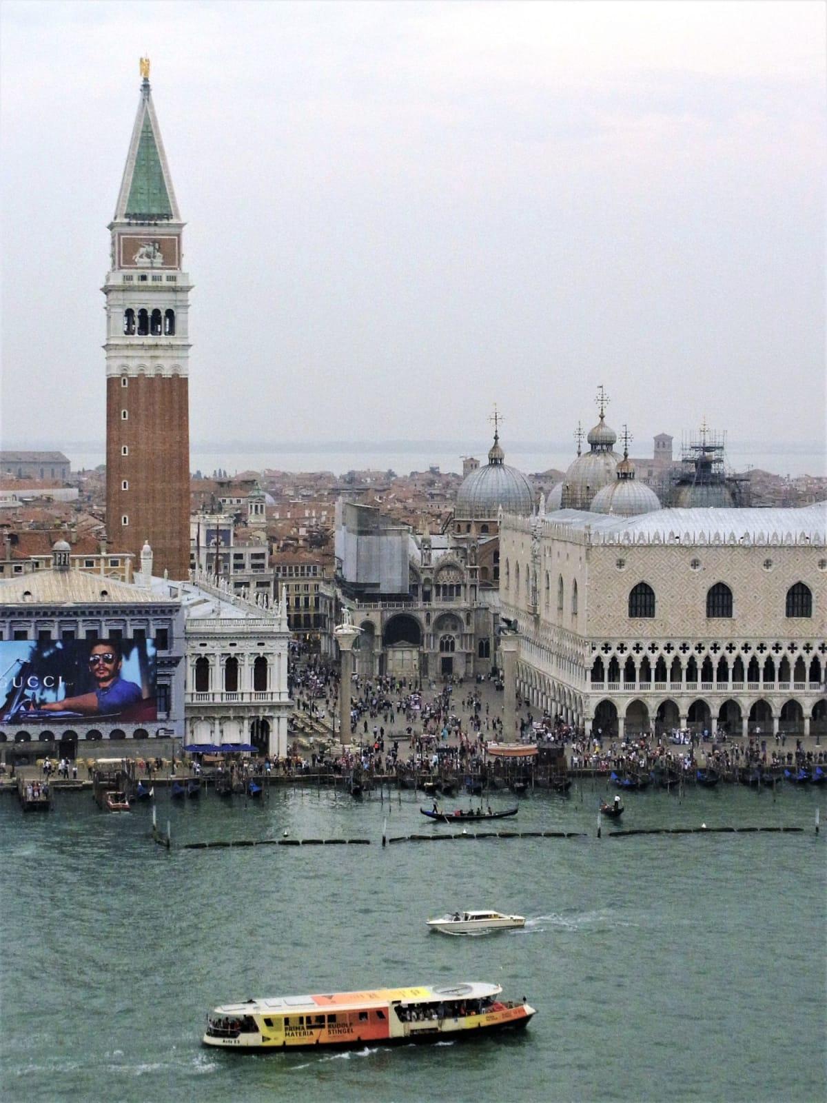 16階のベランダからサンマルコ広場を眼下に見ながらヴェネツィアを出航していく。 ヴァポレットからも手を振ってくれている。   ヴェネツィア