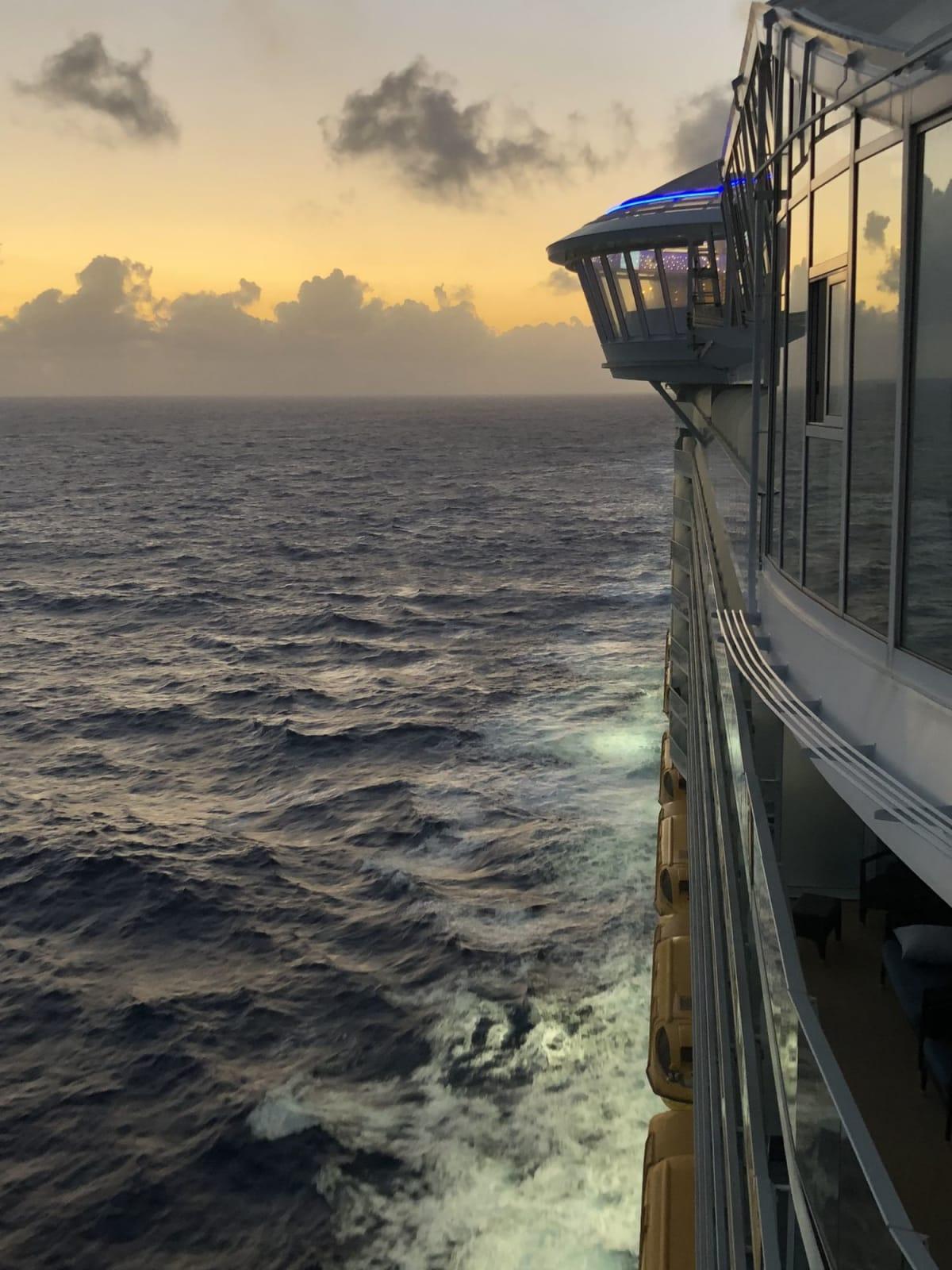 船の側面から。波をかきわけ進みます。   客船ハーモニー・オブ・ザ・シーズの外観
