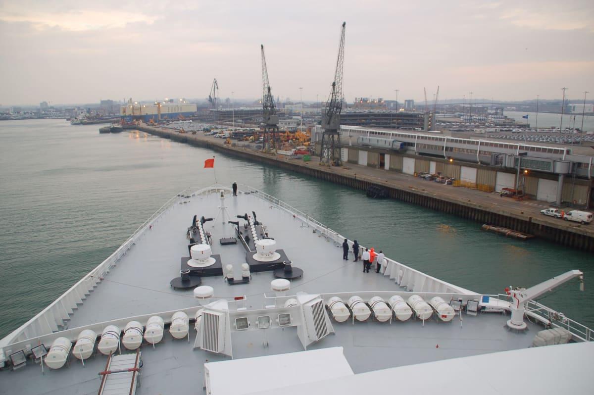 客船クイーン・エリザベス 2の外観