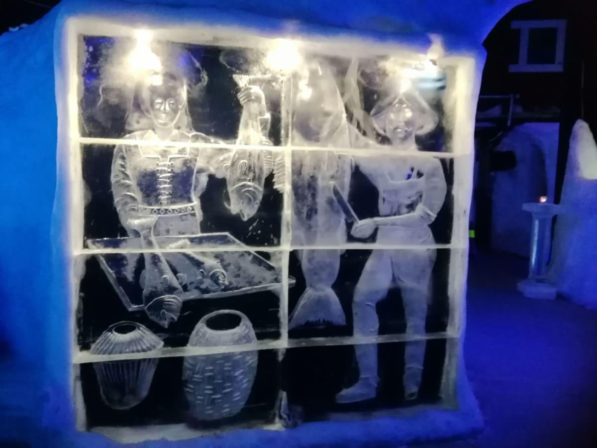 スヴォルヴァール→アイスバー内の氷の彫刻