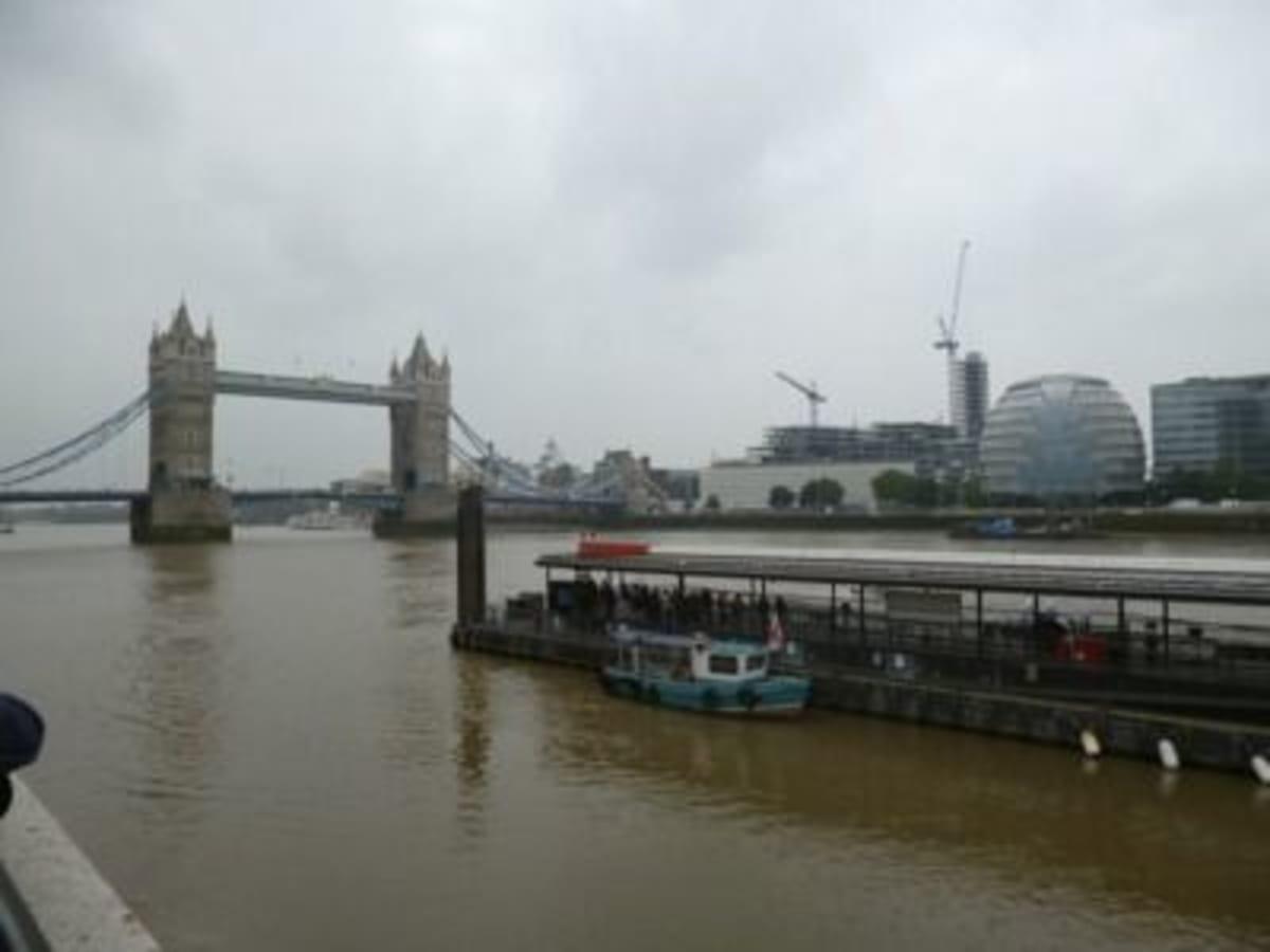この時の乗船はロンドン塔のすぐ脇から渡し船に乗り、対岸に停められている軍艦ベルファストに乗り移り船伝いで行われ、びっくりでした。 | ティルベリー(ロンドン)での客船シーボーン・レジェンド
