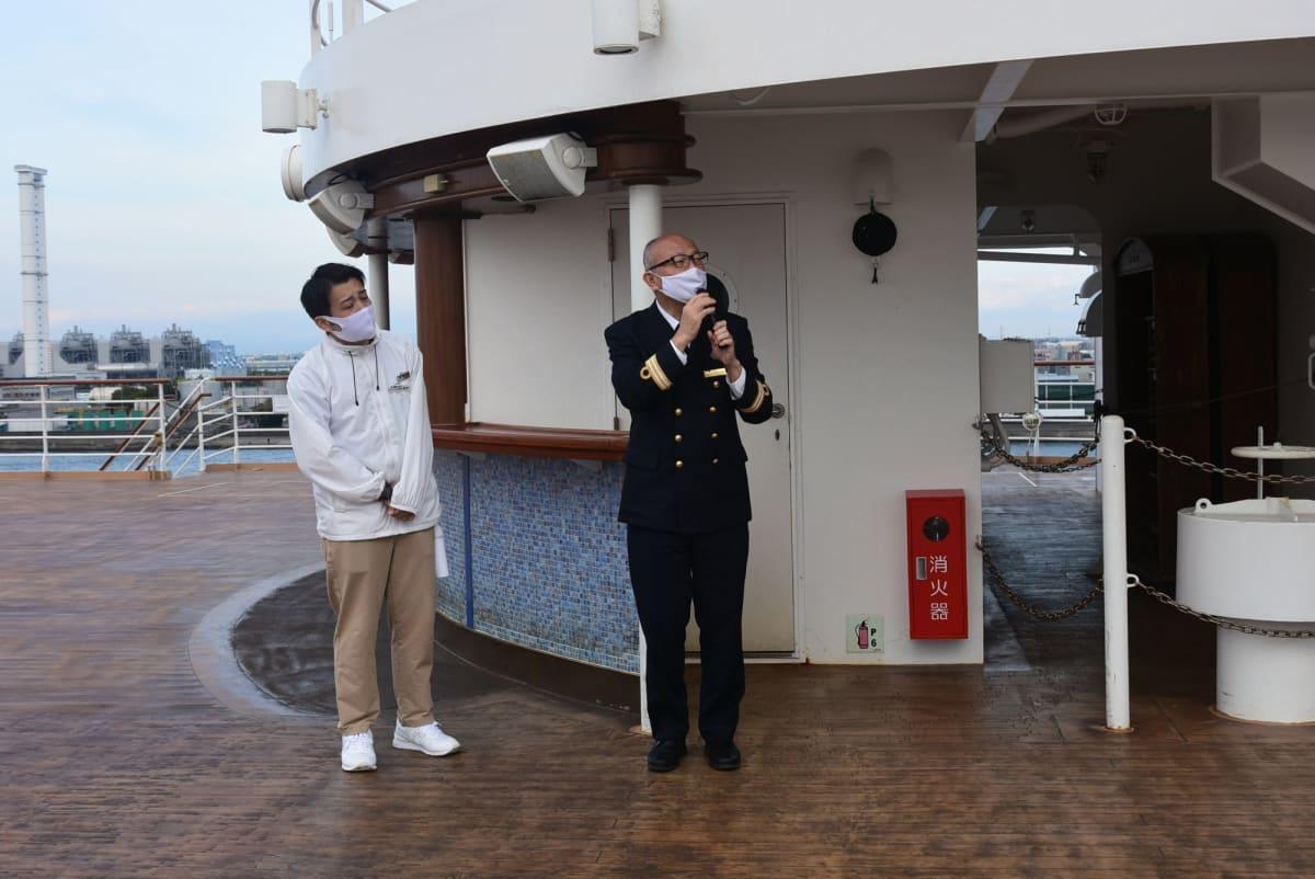 サービススタッフが丁寧に名古屋港の説明をしてくれました。