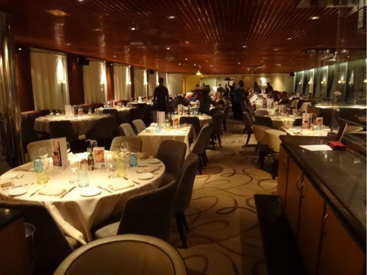 メインレストランです。落ち着いた雰囲気で、ゆっくり楽しむことができました。客の大部分はスペイン人、次いでドイツ人、そしてその他いろいろな国の人たち。アジア系は私たちを含めて2カップルのみ。日本人は私たちだけでした。 | 客船プルマントゥール・ゼニスのダイニング