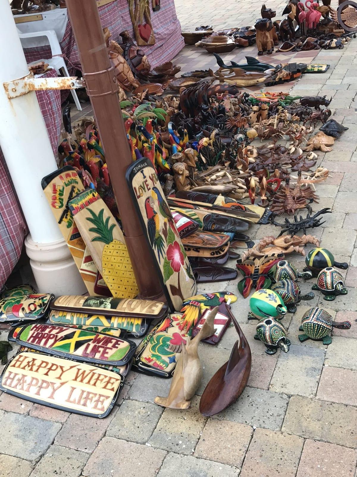 ジャマイカの港にて。見ているだけでも楽しい木彫り。クオリティは微妙。 | ファルマス