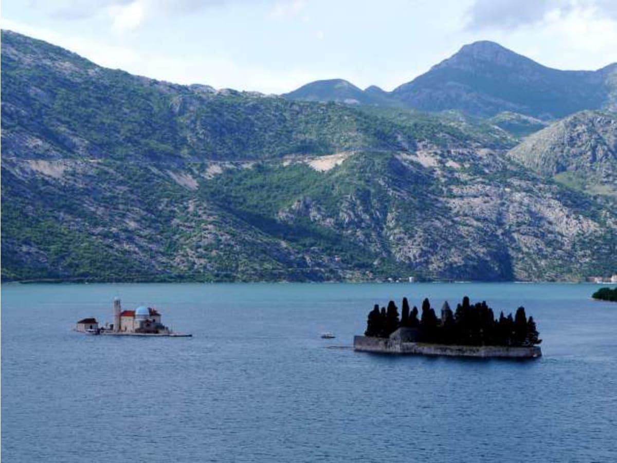 小さな島に教会が。ここに行ったエクスカーションもあるのでしょうか。   コトル