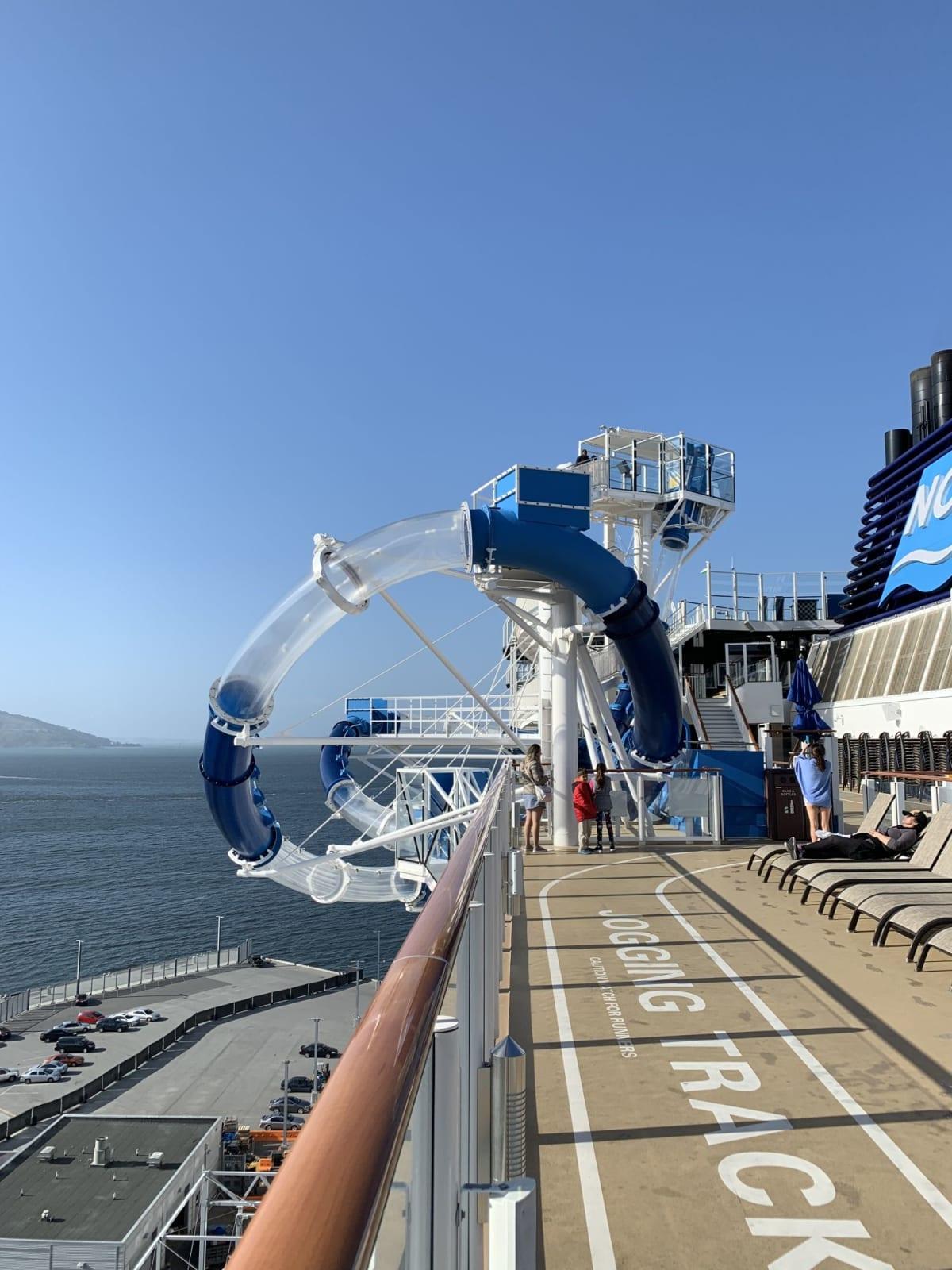 船外にはみ出しちゃってるウォータースライダー!めちゃくちゃコワイですが、良い思い出になるので是非チャレンジしてみてください^_^ | 客船ノルウェージャン・ブリスのアクティビティ、船内施設