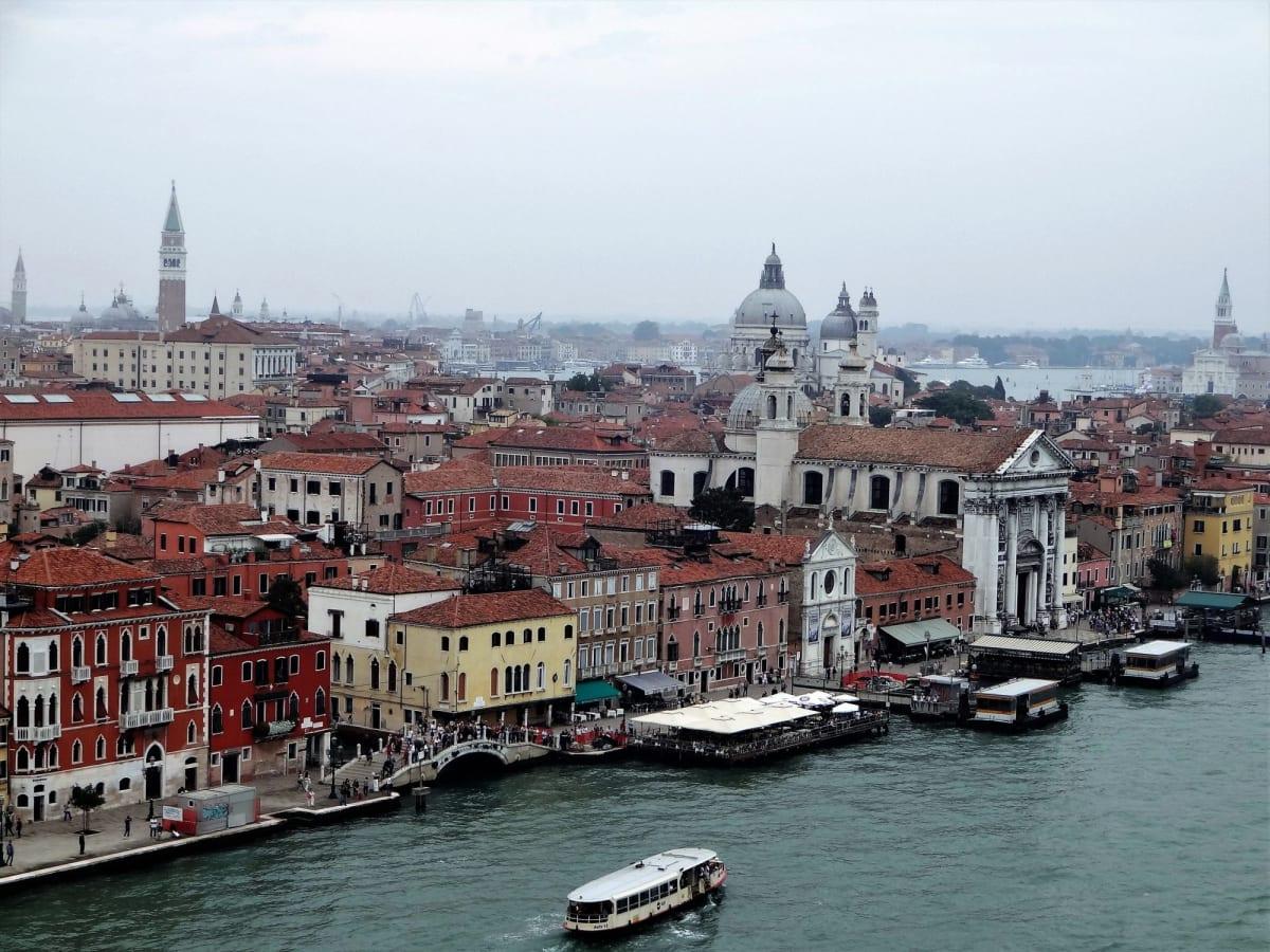 ヴェネツィア出航はベランダでスプマンテを飲みながら優雅に・・・   ヴェネツィア