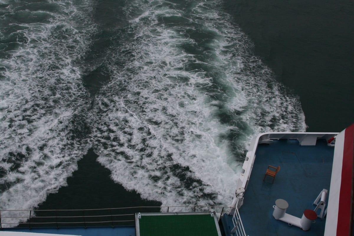 双胴船特有の2つの航跡 | 客船アジア・スターの船内施設