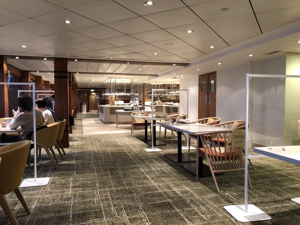 リドカフェにもパーティションがしっかりと設置されています   客船飛鳥2のダイニング、船内施設
