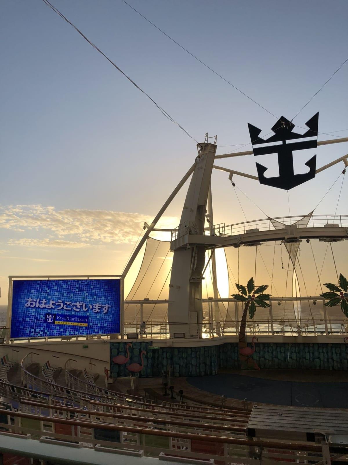 朝のアクアシアタ―。日本語での挨拶が表示されていました。   客船ハーモニー・オブ・ザ・シーズの外観、船内施設