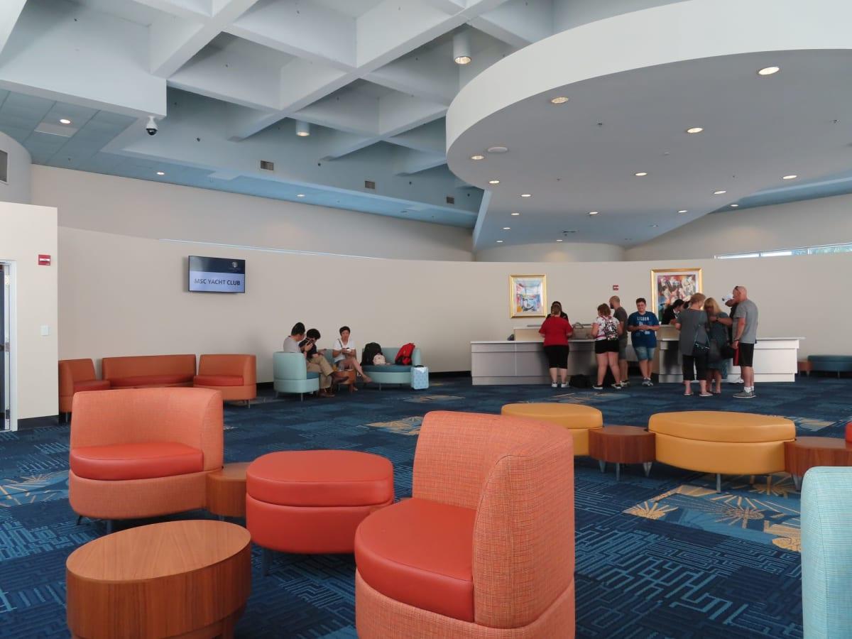 ターミナル内にあるYacht Club専用チェックインラウンジ。ここでは飲み物と軽食が置いてありました。 | マイアミ(フロリダ州)での客船MSCシーサイド