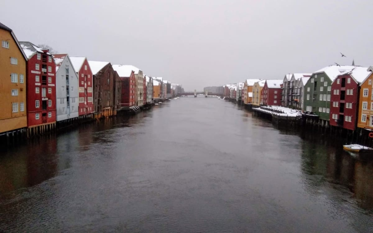 中世の面影を残す大学町、トロンハイム。カラフルな木造倉庫が並ぶのを跳ね橋から撮影