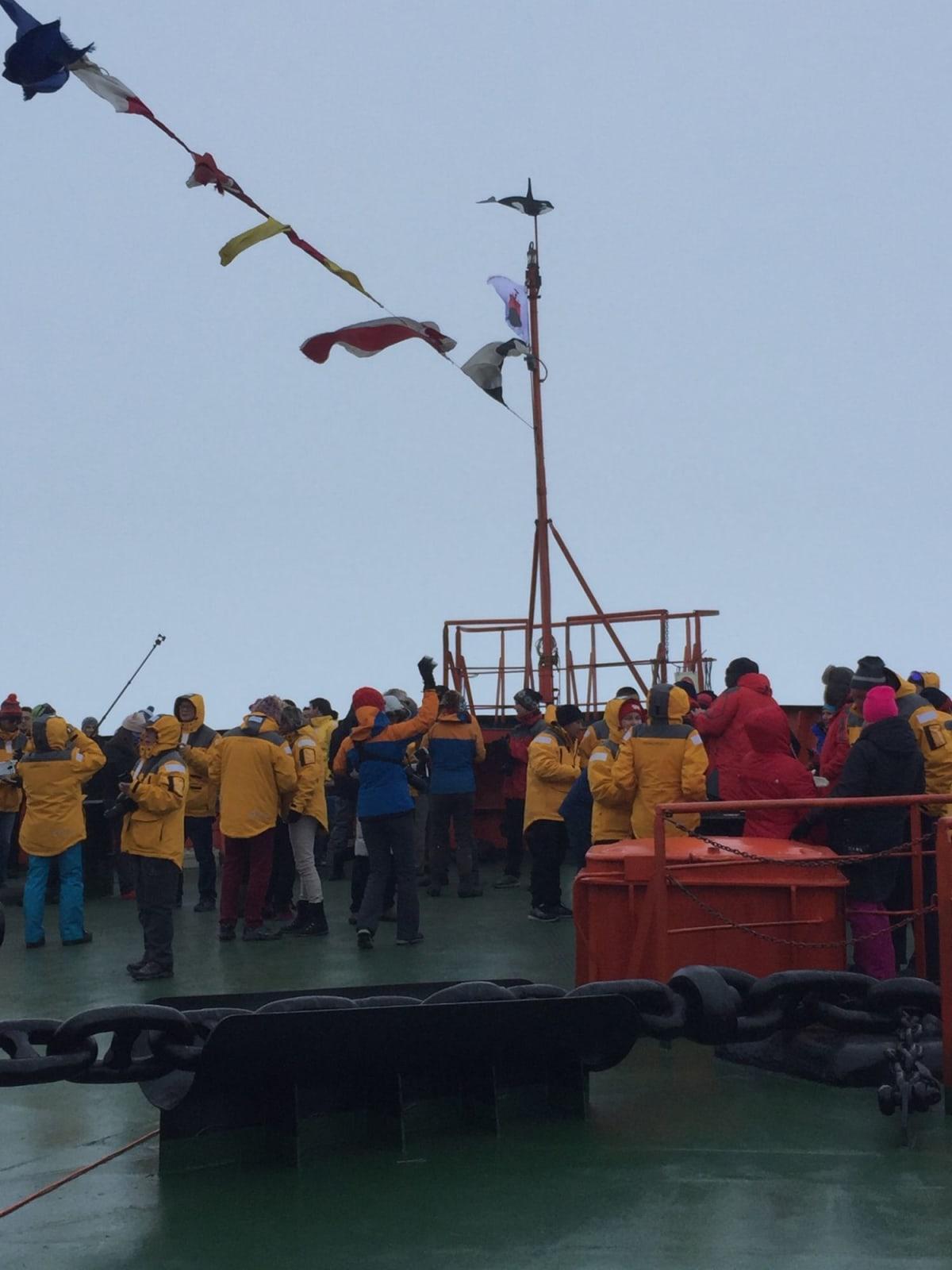 北極点到達のカウントダウンが始まり、到達時には、シャンペンコール! | 北極点での客船50イヤーズ・オブ・ヴィクトリー