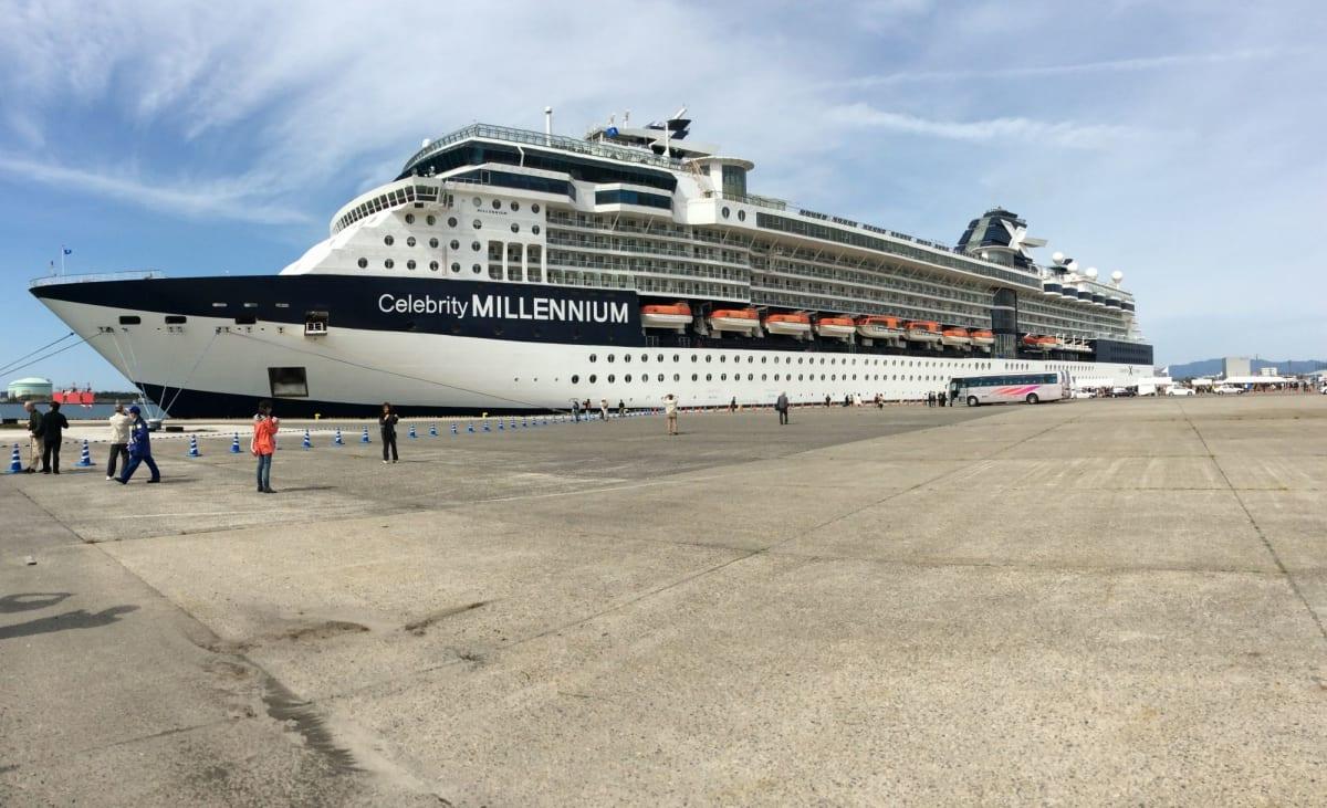 新潟寄港時のミレニアム。 警備員の人が見物客か乗客か整理が付かず、戸惑っていました(笑   新潟での客船セレブリティ・ミレニアム