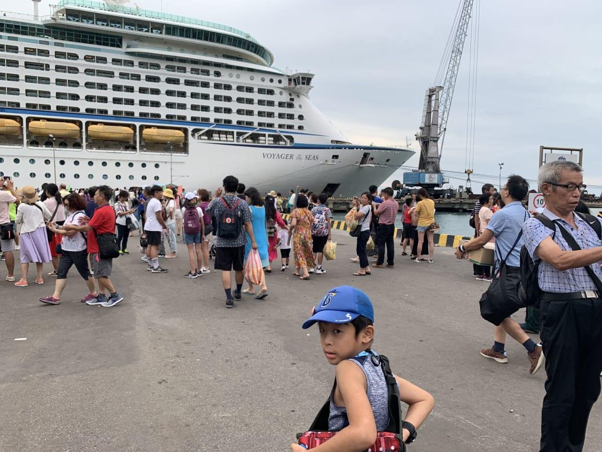 客船ボイジャー・オブ・ザ・シーズの乗客、外観