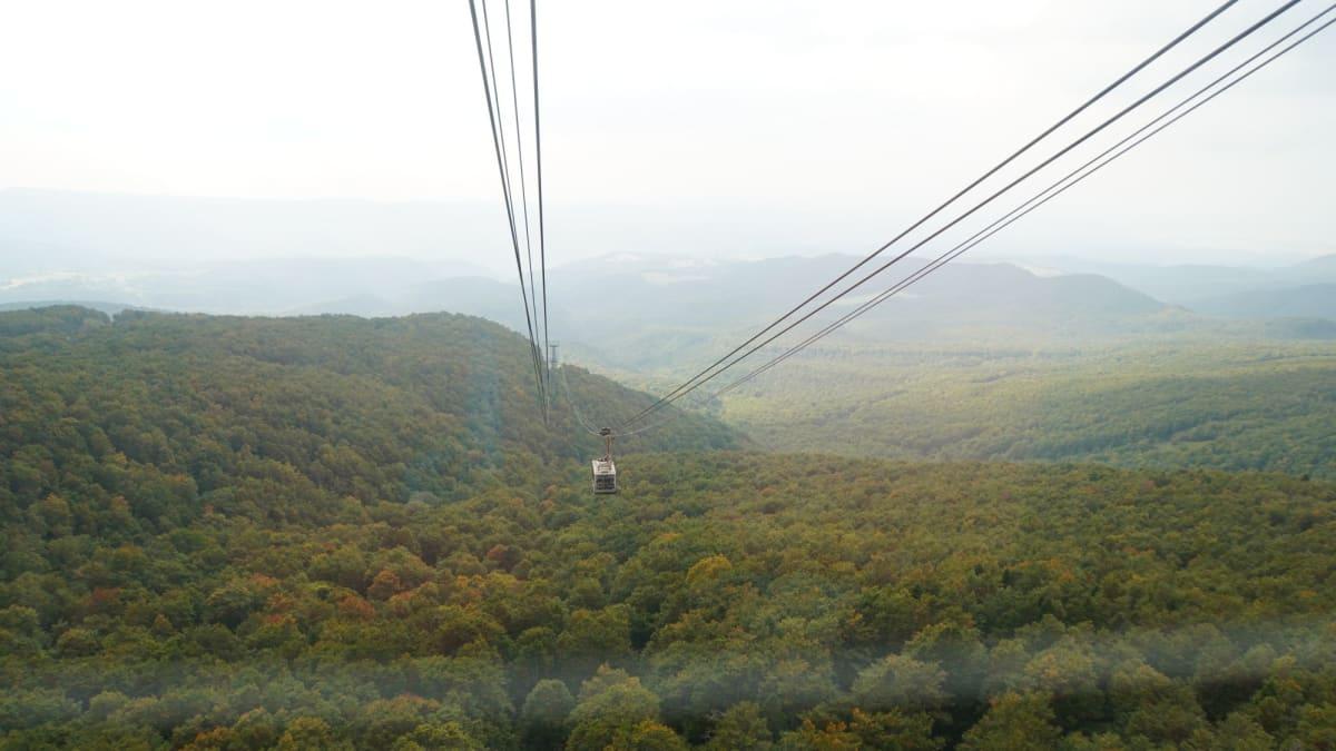 上りのケーブルカーから、すれ違う下りのケーブルカーを撮影。 八甲田山ケーブルは高さもあって迫力満点でした。 | 青森