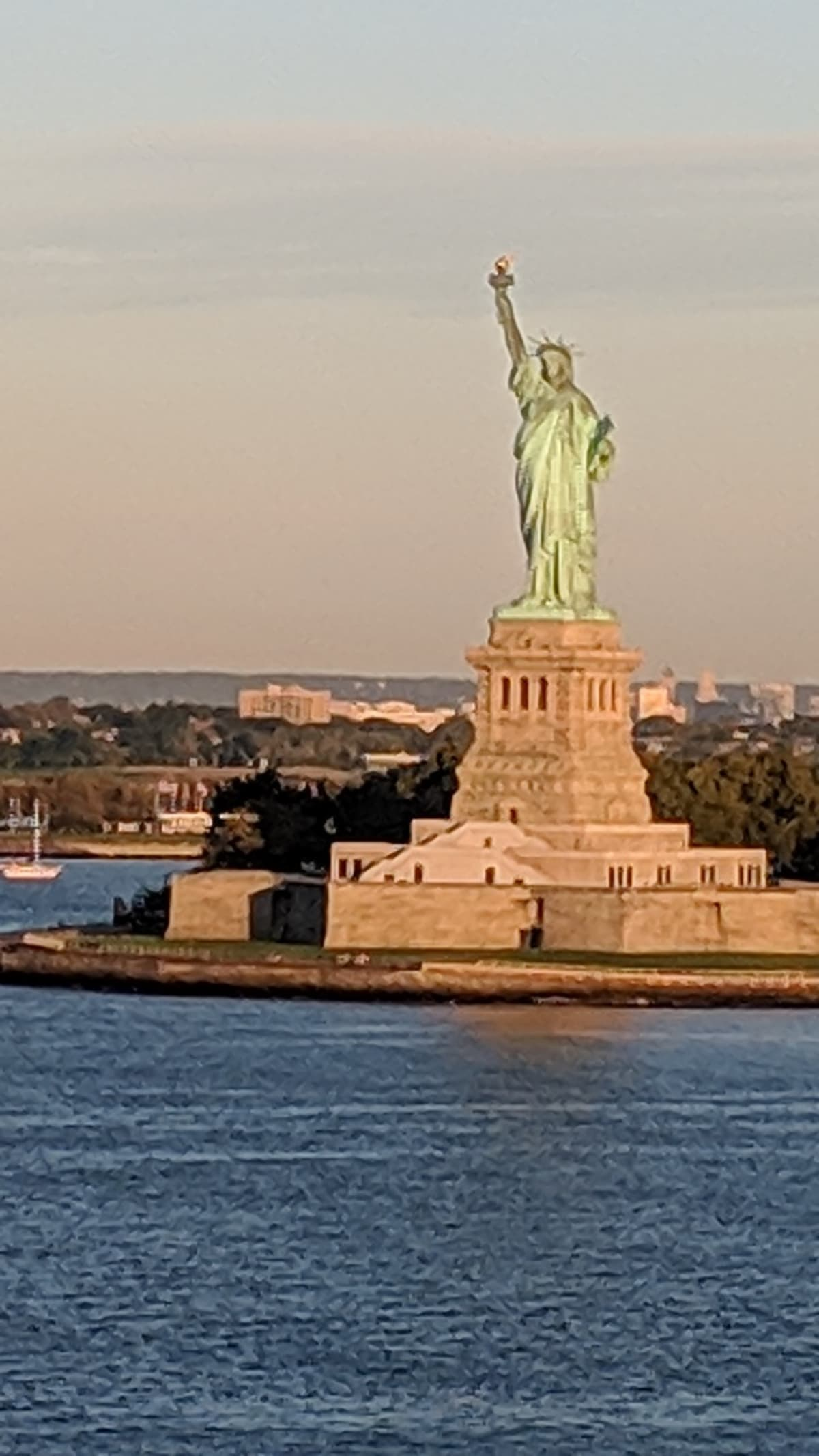 Passing Statue of liberty at 7am | ケープ・リバティ(ニューヨーク)