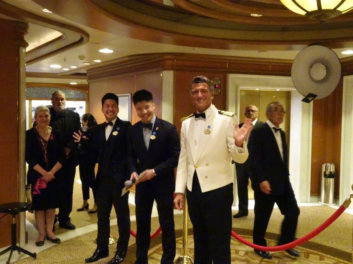 左側からアルマ船長と司会役のブライアンと健太。この三方が今回の大モンドプリンセスを盛り立ててくれた主役と言っても過言ではありません。 | 客船ダイヤモンド・プリンセスのクルー、船内施設