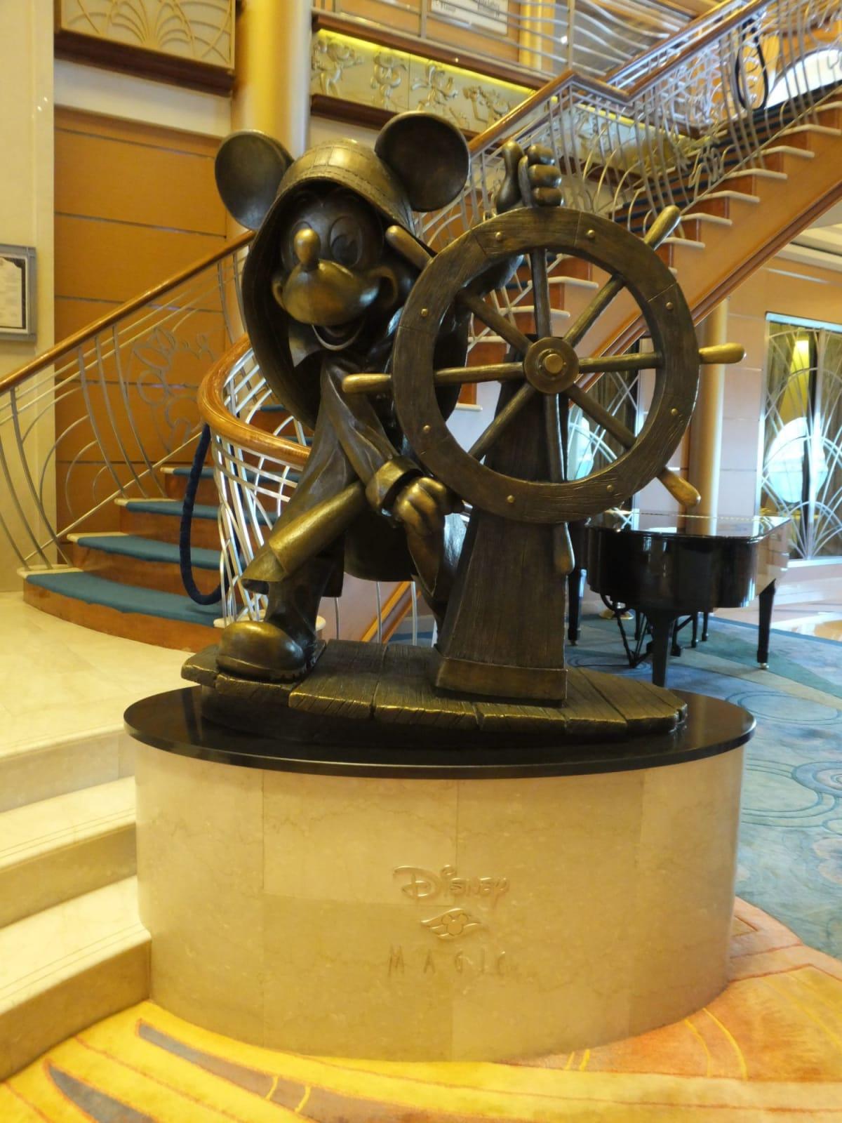 Majic号のブロンズ像はミッキー♪ | 客船ディズニー・マジックの船内施設