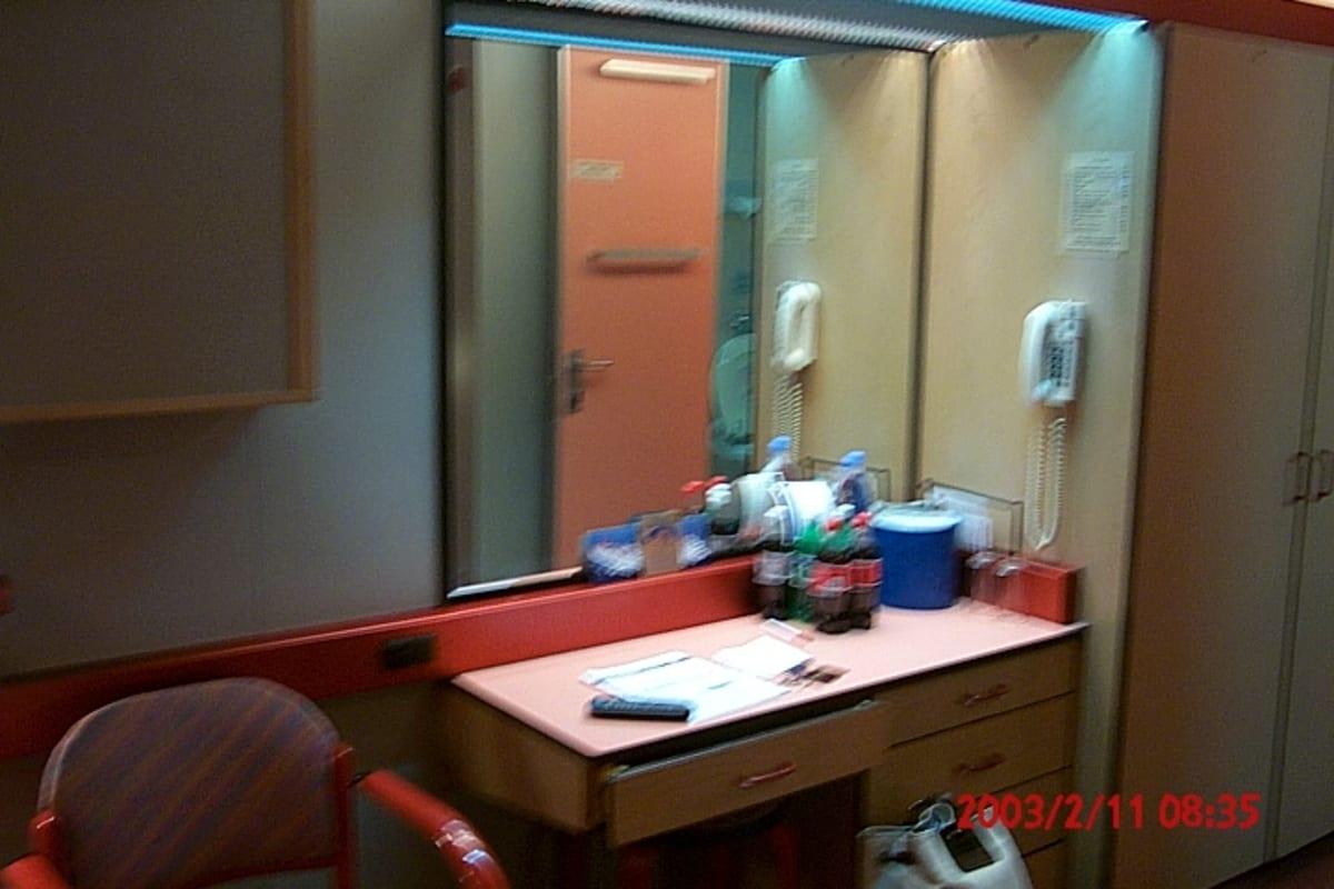 冷蔵庫はなく、有料の炭酸のペットボトルもそのまま置かれていた。 | 客船カーニバル・エクスタシーの客室