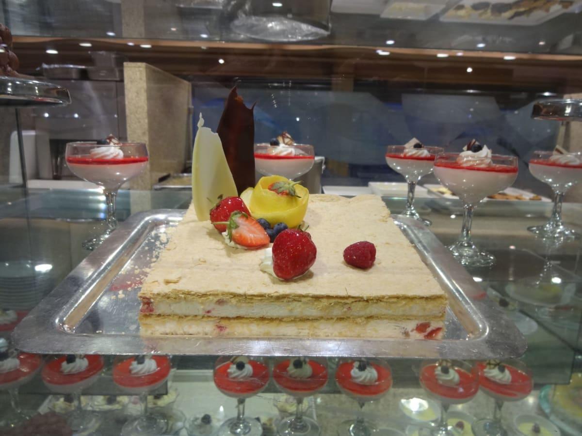 フォーマルの日のダイニングでのディナーはメニューが特別だけれど、フードコートも「ガラビュッフェ」です。   客船ダイヤモンド・プリンセスのブッフェ