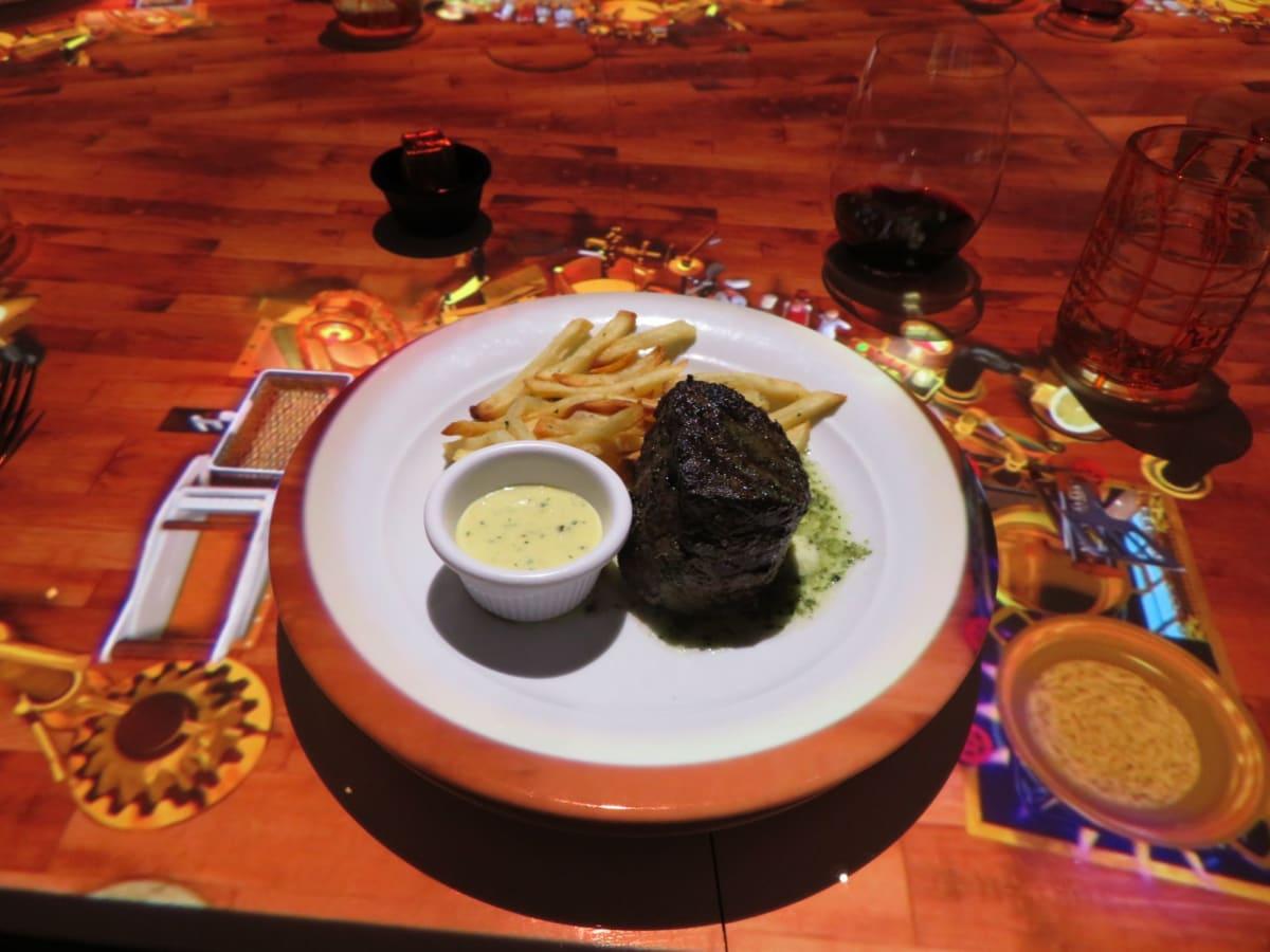 メイン料理のビーフステーキが映像で映し出された直後に本物のメイン料理が目の前の皿の上に現れる。 | 客船セレブリティ・ミレニアムのダイニング、フード&ドリンク
