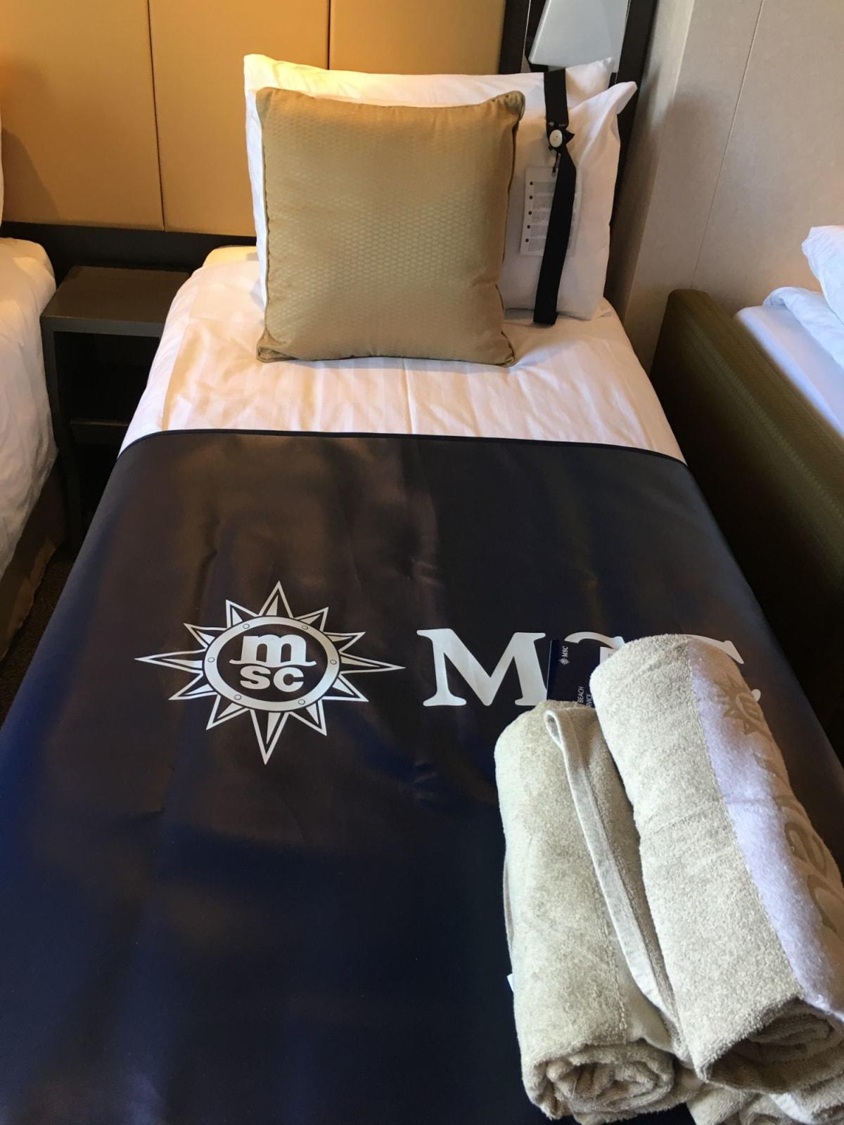 ベッドは小さいです。 スーツケースを乗せられるようにビニールマットと、プール用バスタオルがありました。   客船MSCベリッシマの客室