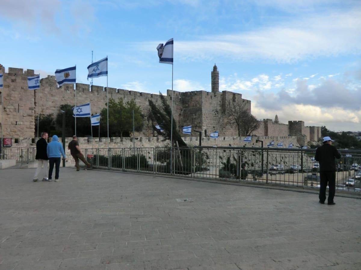エルサレム Jerusalemイスラエル  ユダヤ教、キリスト教、イスラム教の三大宗教の聖地。旧市街は神殿の丘にあり城壁で囲まれている。主にキリスト教地区を観光。城壁には8つの門がある。糞門から入り嘆きの壁、あと ヴィア・ドロローサを辿り聖墳墓教会へ。ヤッフォ門から城壁の外に。 世界各地からの巡礼者、観光客で一杯である。 あとバスでオリーブ山(825m)に行きエルサレムの全景を見ることが出来た。オリーブ山から神殿の丘の間には沢山のユダヤ教の墓があった。 | ハイファ / テルアビブ